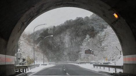 トンネルを抜けると雪国