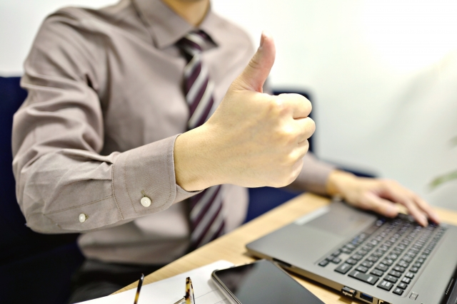 パソコンで仕事をする男性
